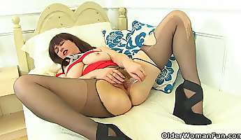 English milf Janey left the house without underwear